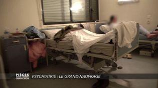 """CAPTURE D'ÉCRAN """"PIÈCES A CONVICTION"""" / FRANCE 3. Teaser :Hôpitaux psychiatriques : """"Ici, on ne soigne pas les gens, on fait du gardiennage"""" témoigne un infirmier (CAPTURE D'ÉCRAN """"PIÈCES A CONVICTION"""" / FRANCE 3)"""