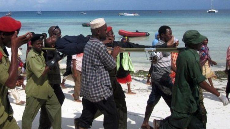 Un rescapé du naufrage du ferry MV Spice Islander emmené à l'hôpital par les sauveteurs (AFP - Evelyn Hockstein)