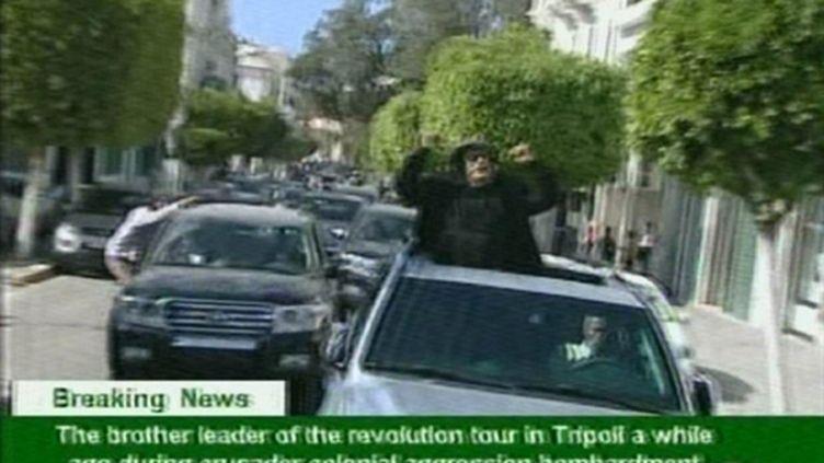 Le dictateur libyen, M. Kadhafi, circulant dans les rues de Tripoli, le 14 avril 2011, selon la télévision officielle (AFP - HO - LIBYAN TV)