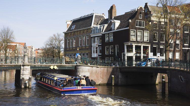 Un bateau sur lescanaux d'Amsterdam (Pays-Bas) , avril 2008 (AMANDA HALL / ROBERT HARDING PREMIUM / AFP)