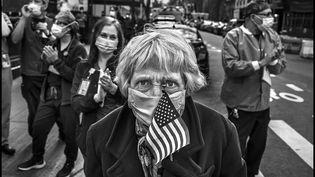 Nora, comme d'autres habitants de New York, sortait chaque soir dans la rue pour rendre hommage au personnel soignant de l'hôpital Lenox Hill. (Peter Turnley)