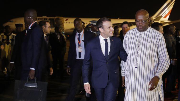 Le président de la République, Emmanuel Macron, à son arrivée à Ouagadougou (Burkina Faso). reçu par le président du Burkina Faso,Roch Marc Christian Kabore. (PHILIPPE WOJAZER / POOL)