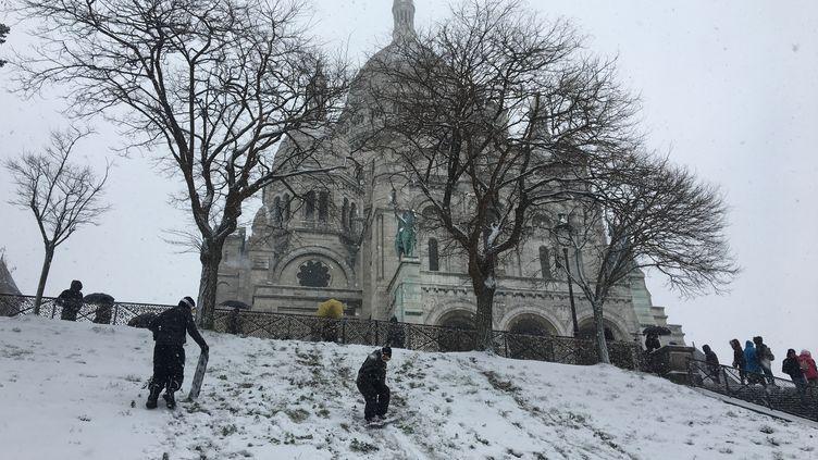 Montmartre sous la neige avec des jeunes faisant du surf, à Paris, le 22 janvier 2019. Photo d'illustration. (JULIEN PASQUALINI / FRANCE-INFO)
