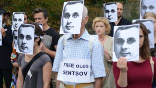 Manifestation devant l'ambassade de Russie à Prague en août 2018  (Michal CIZEK / AFP)