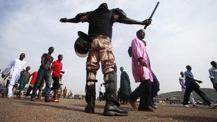 Des Maliens se rendent au stade de Bamako (Mali) pour une cérémonie en présence du présidentIbrahim Boubacar Keita, le 26 mars 2013. (THIERRY GOUEGNON / REUTERS)