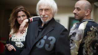 """Pierre Richard entouré de l'écrivaine de polars Ingrid Astier et du musicien Jb Hanak avec lesquels il sort l'album """"Nuit à Jour"""". (SIMON ROCA)"""
