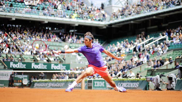 Roger Federer en pleine extension à Roland-Garros, en 2015 (STEPHANE ALLAMAN / ST?PHANE ALLAMAN)