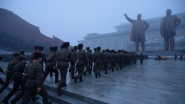 Des soldats rendent hommage à King Jong II, le 17 décembre 2019 à Pyongyang (Corée du Nord). (KIM WON JIN / AFP)