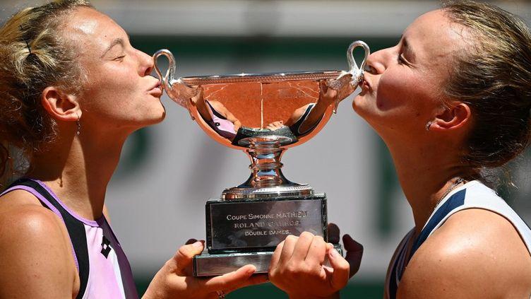 La paire tchèque Krejcikova - Siniakova s'est imposée en finale du double dames à Roland-Garros, dimanche 13 juin 2021, (CHRISTOPHE ARCHAMBAULT / AFP)
