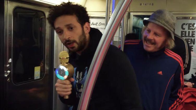 """William Lebghil et Philippe Katerine dans """"Carrément rien à branler"""", le clip de lancement du film """"Yves"""" de Benoît Forgeard. (Capture d'écran YouTube/ Le Pacte)"""