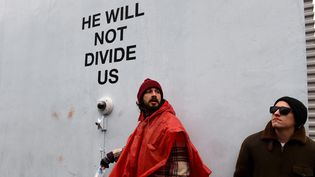 """Shia LaBeouf (en rouge) durant son live stream """"He will not divide us"""" à New York, le 24 janvier 2017  (Timothy A. Clary / AFP)"""