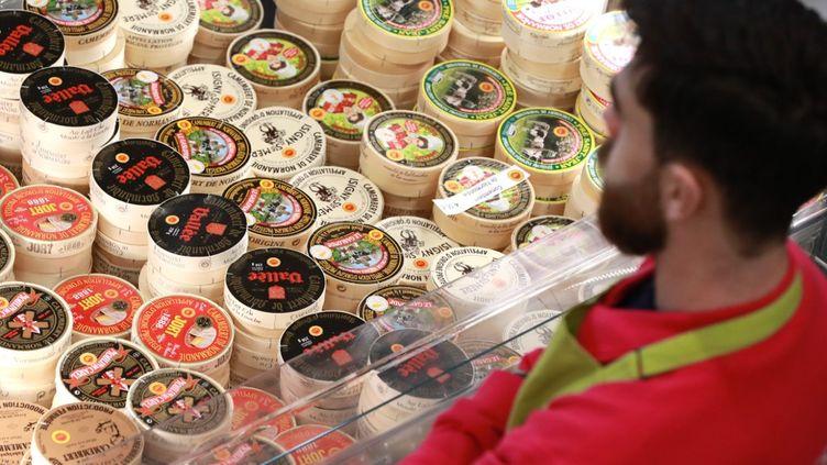 """Différents paquets de fromage français """"Camembert de Normandie"""" au lait cru de vache lors de l'ouverture du 57e Salon international de l'agriculture à la Porte de Versailles à Paris, le 22février 2020. (LUDOVIC MARIN / AFP)"""