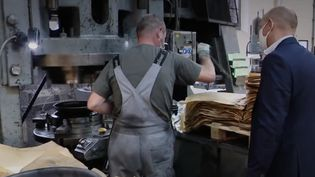 Jean-Noël Mathieu, patron heureux de pouvoir rester ouvert. Lors du premier confinement, son entreprise d'ustensiles de cuisine haut de gamme avait vu toutes ses commandes annulées du jour au lendemain, et ses 170 salariés avaient basculé en activité partielle totale.  (CAPTURE D'ÉCRAN FRANCE 3)