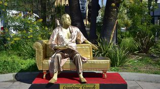 Une statue représentant le producteur de cinémaHarvey Weinstein a été installée sur Hollywood Boulevard, à Los Angeles (Californie, Etats-Unis), le 1er mars 2018. (FREDERIC J. BROWN / AFP)