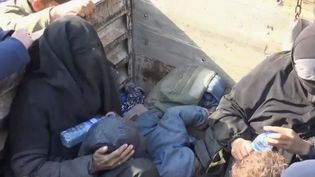 En Syrie, les forces arabo-kurdes accélèrent leurs offensives pour détruire le groupe État islamique. Des femmes de combattants restent parfois sur place et sont faites prisonnières. (FRANCE 2)