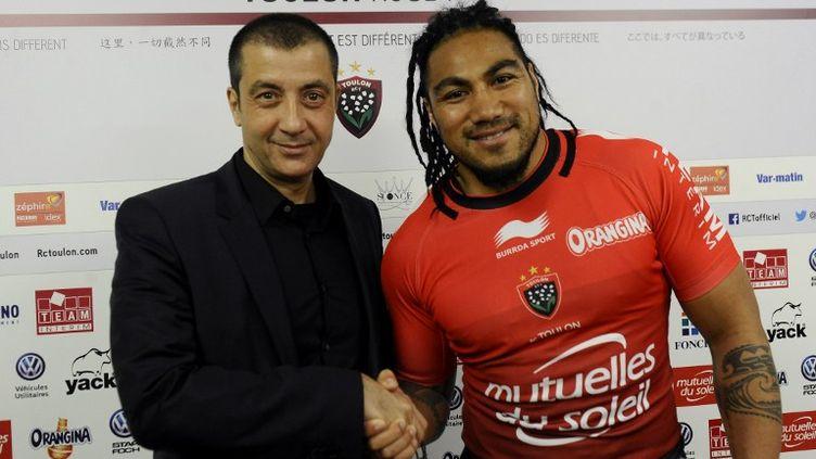 Le président du RC Toulon, Mourad Boudjellal et sa nouvelle star All Black, Ma'a Nonu. (FRANCK PENNANT / AFP)
