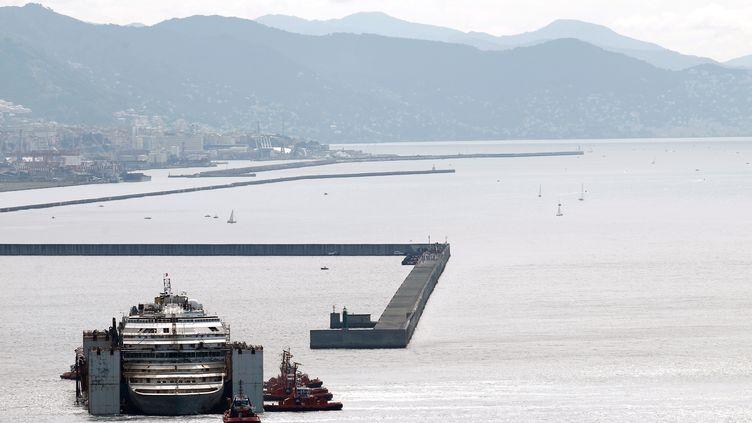 """L'épave du """"Costa Concordia"""" est parquée dans le port de Gênes (Italie), dimanche 27 juillet 2014. (MARCO BERTORELLO / AFP)"""