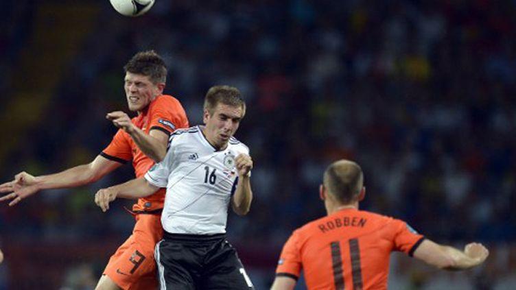 Huntelaar au duel avec Lahm sous les yeux de Robben lors de l'Euro-2012