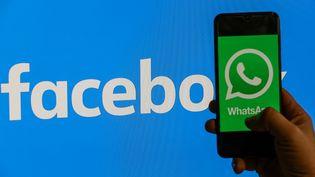 Photo d'illustration d'un téléphone avec le logo de Whatsapp. (MAHMUT SERDAR ALAKUS / AFP)