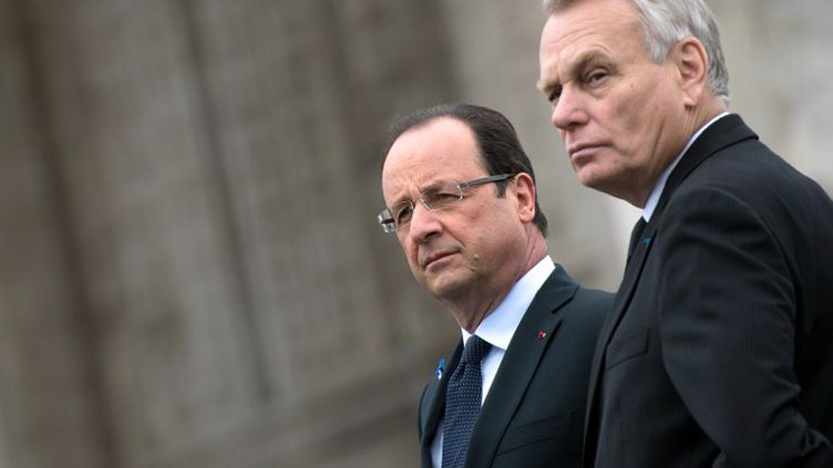 Le chef de l'Etat, François Hollande, et le Premier ministre, Jean-Marc Ayrault, lors des cérémonies marquant le 68e anniversaire de l'armistice de la seconde guerre mondiale, le 8 mai 2013 à Paris. (BERTRAND LANGLOIS / AFP)