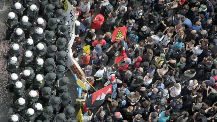La police allemande bloque les manifestants à Francfort le 1er juin 2013 sur le chemin lala Banque centrale européenne (BCE) (FREDRIK VON ERICHSEN / AP / SIPA )