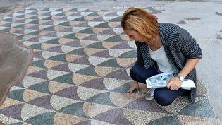 La restauratrice Anna Borzomati contemple la partie restaurée de la mosaïque des Thermes de Caracalla, à Rome (21 juin 2016)  (Alberto Pizzoli / AFP)