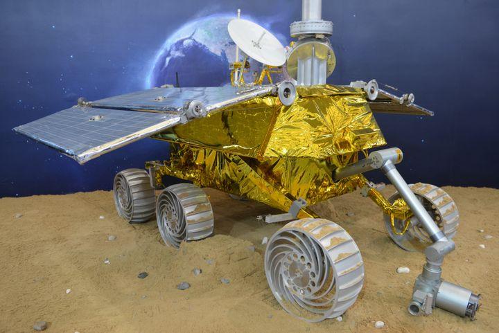 """Une maquette du """"Lapin de jade"""", le robot d'exploration lunaire chinois. (PETER PARKS / AFP)"""