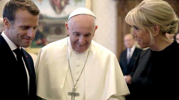 Emmanuel et Brigitte Macron rencontrent le pape François au Vatican, mardi 26 juin 2018. (ALESSANDRA TARANTINO / POOL)