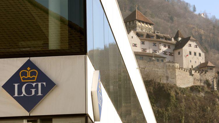 Une banque LGT devant le château de Vaduz (Liechtenstein), en février 2009. (ARND WIEGMANN / REUTERS)