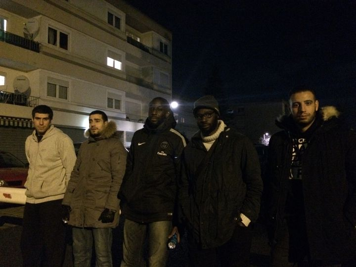 Samba Traoré (deuxième en partant de la droite), le 13 décembre 2016 à Beaumont-sur-Oise. (VIOLAINE JAUSSENT / FRANCEINFO)