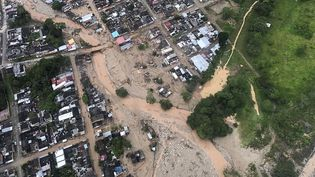 Vue aérienne de la ville colombienne de Mocoa, dévastée par une coulée de boue, le 1er avril 2017. (CESAR CARRION / PRESIDENCIA COLOMBIA / AFP)