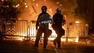 Les forces de l'ordre interviennent durant une manifestation contre les violences policières et le racisme devant la Maison Blanche, à Washington (Etats-Unis), le 31 mai 2020. (SAMUEL CORUM / AFP)