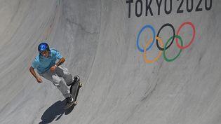 Vincent Matheron pendant les qualifications du park en skateboard aux Jeux olympiques de Tokyo, jeudi 5 août. (LIONEL BONAVENTURE / AFP)