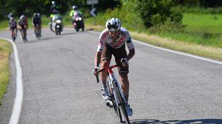 Le coureur italien de la formation AG2R Citroën, Andrea Vendrame, s'échappe lors de la 12e étape du Tour d'Italie qu'il va remporter le 20 mai 2021. (DARIO BELINGHERI / AFP)