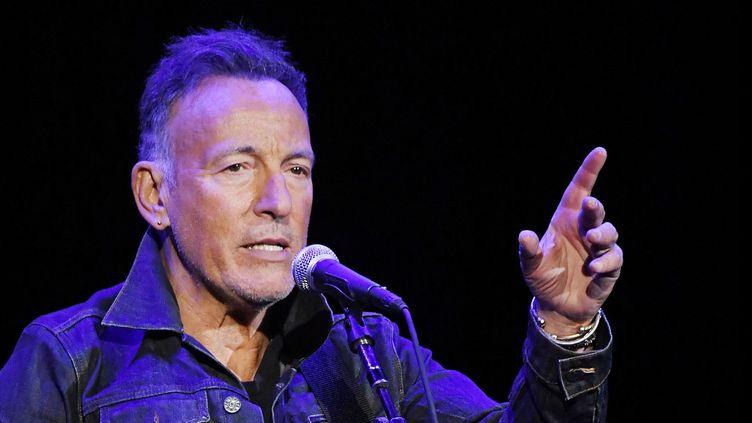 Bruce Springsteen sur scène au Madison Square Garden de New York (Etats-Unis), le 24 novembre 2019 pour le concert Stand Up For Heroes. (MIKE COPPOLA / GETTY IMAGES NORTH AMERICA)