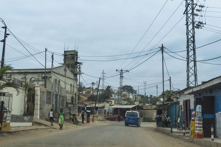 Dans une rue de Cabinda, capitale de la province angolaise du même nom, le 24 août 2017. (AFP - MICHAEL RUNKEL / ROBERT HARDING PREMIUM)
