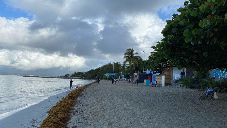 La plage du Gosier en Guadeloupe, le 4 août 2021. (BORIS LOUMAGNE / RADIO FRANCE)