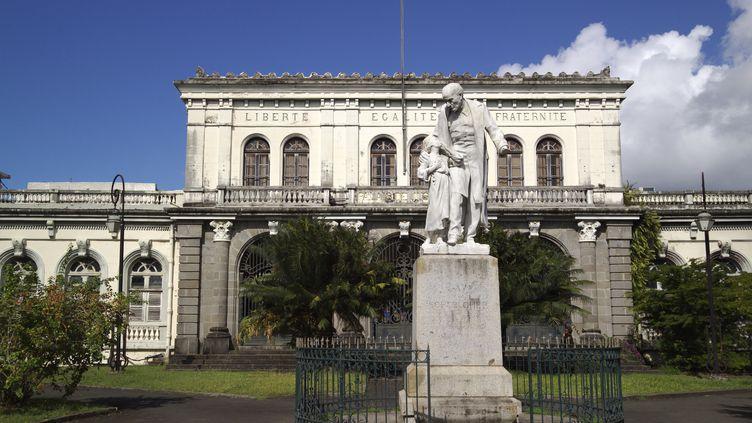 Statue de Victor Schoelcher devant le Palais de Justice de Fort de France, en Martinique. (GETTY IMAGES)