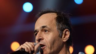 """Le chanteur Jean-Jacques Goldman, lors de l'émission """"Les Enfoirés"""" en 2014. (PATRICK HERTZOG / AFP)"""
