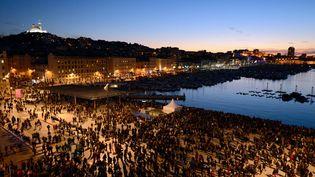 """Des milliers de personnes se regroupent sur le Vieux-Port, à Marseille (Bouches-du-Rhône), pour assister au coup d'envoi de """"Marseille Provence 2013"""", samedi 12 janvier 2013. (ANNE-CHRISTINE POUJOULAT / AFP)"""