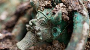 Détail du chaudron en bronze provenant de la tombe princière (450 avant notre ère) découverte en 2015 à Lavau (Aube), près de Troyes.  (Denis Gliksman, Inrap)