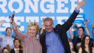 Hillary Clinton, candidate à la Maison Blanche, aux côtés de Tim Kaine, sénateur de Virginie, lors d'un meeting à Annandale (Etats-Unis), le 14 juillet2016. (SAUL LOEB / AFP)