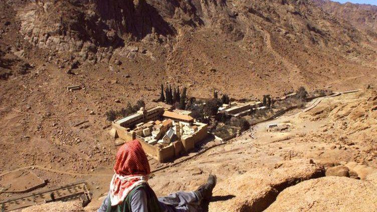 Un Bédouin regarde le monastère chrétien grec orthodoxe Sainte-Catherine, situé à Djebel Musa, au pied du Mont Sinai, au sud-est du Caire. (ANDRE DURAND / AFP)