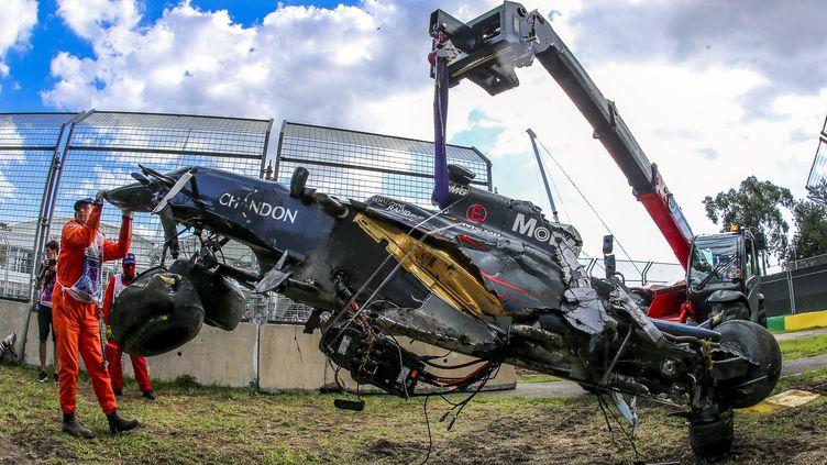 L'épave de la voiture de Fernando Alonso (McLaren) après son crash avec Esteban Gutiérrez (Haas) lors du Grand Prix d'Australie.  (SRDJAN SUKI / EPA)