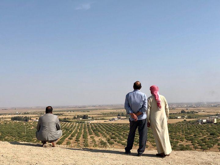 Des habitants regardent les combats à la frontière turco-syrienne, dans le secteur deRas al-Aïn. (MATTHIEU MONDOLONI / RADIO FRANCE)