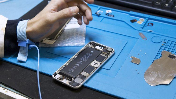 Une société spécialisée dans le reconditionnement des téléphones portables, en janvier 2018. (MAXPPP)