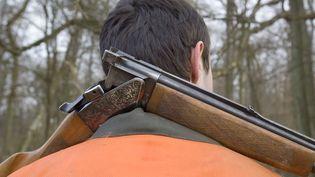 """Les chasseurs sont autorisés à transporter leurs armes pour se rendre sur leur lieu de chasse à condition qu'elles soient déchargées et """"cassées"""", comme sur cette photo. (CLAUDIUS THIRIET / BIOSPHOTO)"""