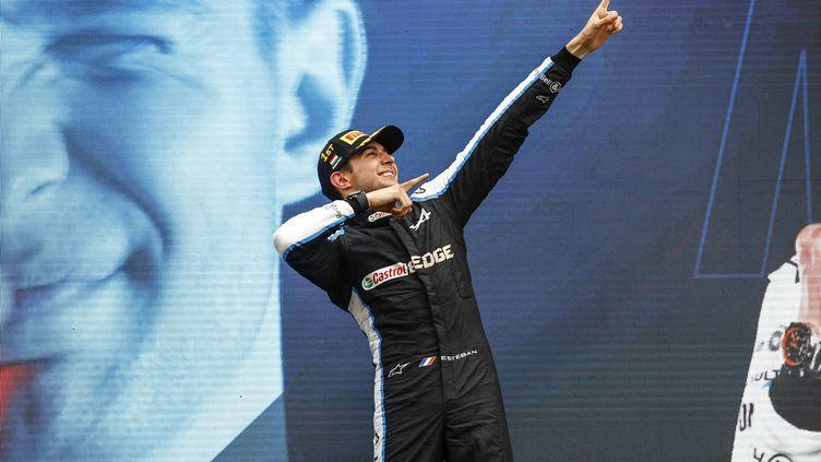 Esteban Ocon a remporté son premier Grand Prix de Formule 1, en s'imposant en Hongrie devant Sebastian Vettel et Lewis Hamilton, le 1er août 2021. (XAVI BONILLA / AFP)