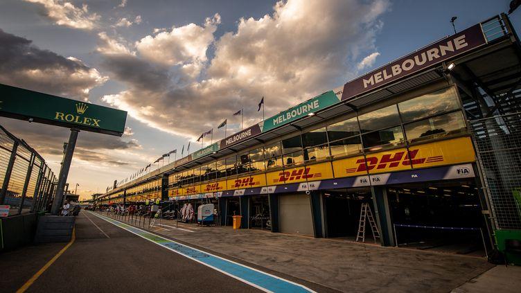 La voie des stands du GP d'Australie de F1, à Melbourne, va rester désespérement vide encore en 2021, comme ici en 2020, où l'épreuve avait été annulée après des cas positifs dans le paddock avant la course. (DUDA BAIRROS / AGIF / AFP)