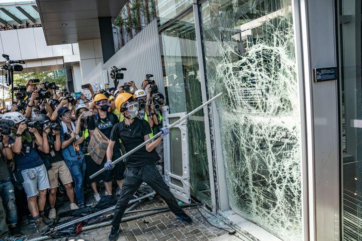 Des manifestants brisent les vitres du Parlement de Hong Kong lors d'un rassemblement, le 1er juillet 2019. (ANTHONY KWAN / GETTY IMAGES ASIAPAC)